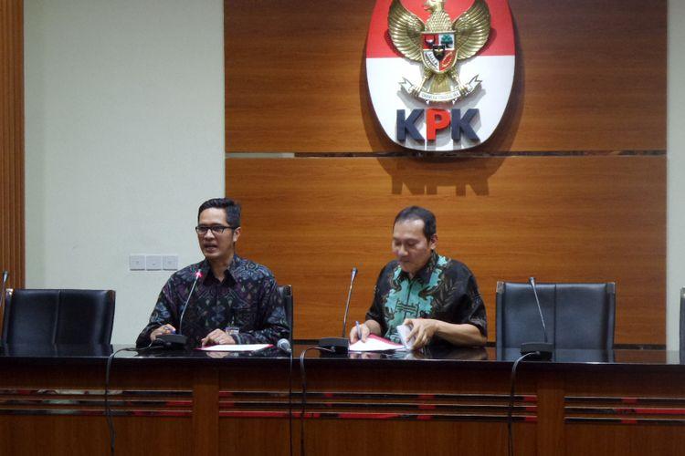 Wakil Ketua KPK Saut Situmorang (kanan) dan Juru Bicara KPK Febri Diansyah saat mengumumkan penetapan tersangka mantan Bupati Konawe Utara Aswad Sulaiman di Gedung KPK Jakarta, Selasa (3/10/2017).
