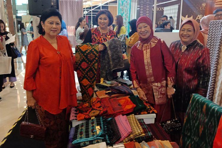 Istri Presiden keenam RI Susilo Bambang Yudhoyono (SBY), Ani Yudhoyono ketika menghadiri pameran dan bazar tenun Cita Tenun Indonesia di Pacific Place, Jakarta, Kamis (15/11/2018).