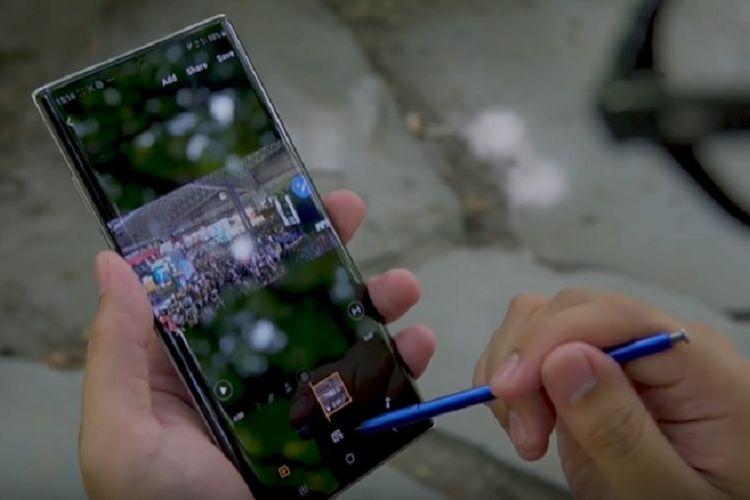 Ilustrasi mengedit video menggunakan S Pen dan aplikasi bawaan pada Galaxy Note 10