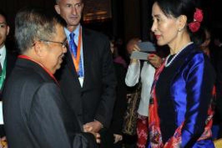 Ketua Umum Palang Merah Indonesia (PMI), Jusuf Kalla berbincang dengan Pemimpin pro-demokrasi Myanmar Aung San Suu Kyi ketika bertemu di sela-sela pembukaan Singapore Summit di Shangri-La Hotel Singapura, Jumat (20/09/2013). Mantan Wapres RI menyampaikan seputar kegiatan kemanusiaan yang dilakukan PMI di Myanmar terkait penyelesaian konflik komunal antara etnis Rohingya dan Arakan di Provinsi Rakhine sejak tahun 2012 sampai saat ini.