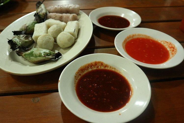 Sambal pempek Bangka yang terbuat dari sambal belacan, tauco, dan sambal biasa. Kuliner yang tak boleh terlewatkan di Bangka adalah pempek Bangka.