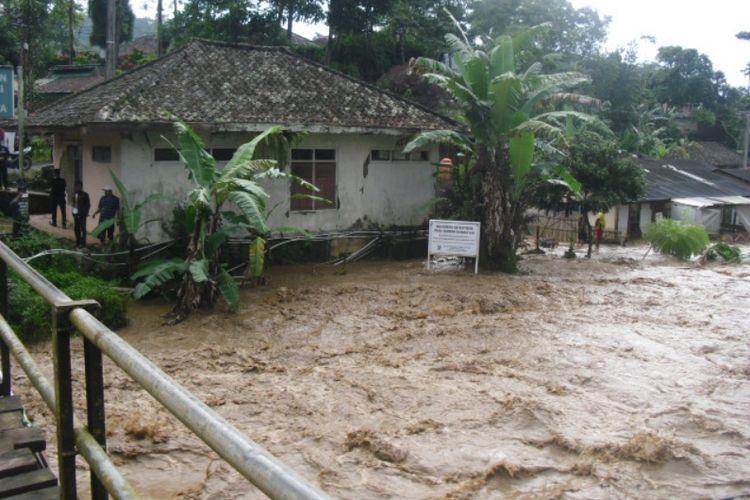 Sungai Cidadap di Kecamatan Gununghalu, Kabupaten Bandung Barat, pada Kamis (22/2/2017) sore menyebabkan ratusan rumah warga terendam.