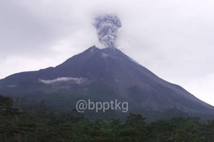Gunung Merapi di perbatasan Provinsi Jawa Tengah dan Daerah Istimewa Yogyakarta mengalami erupsi pada Kamis sore. (ANTARA/HO/BPPTKG)