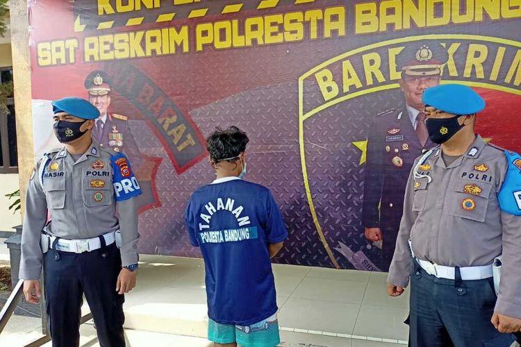 Tampak pelaku tengah diperlihatkan kepolisian saat rilis penangkapan di Mapolresta Bandung, Senin (3/5/2021).