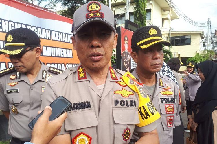 Kapolda Sumsel Irjen Pol Zulkarnain Adinegara memberikan keterangan terkait kasus pembunuhan serta mutilasi yang menimpa Fera Oktaria (21). Dalam kasus tersebut, oknum TNI inisial Prada DP diduga sebagai pelaku.
