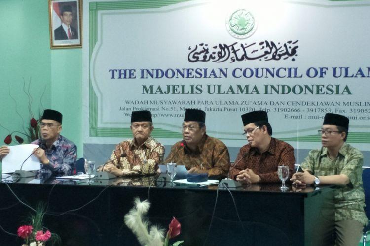 Ketua bidang Hukum dan Perundang-undangan MUI Basri Bermanda didampingi Sekjen MUI Anwar Abbas saat memberikan keterangan pers terkait putusan MK soal kolom penghayat kepercayaan dalam e-KTP, di kantor MUI, Jakarta Pusat, Rabu (17/1/2018).