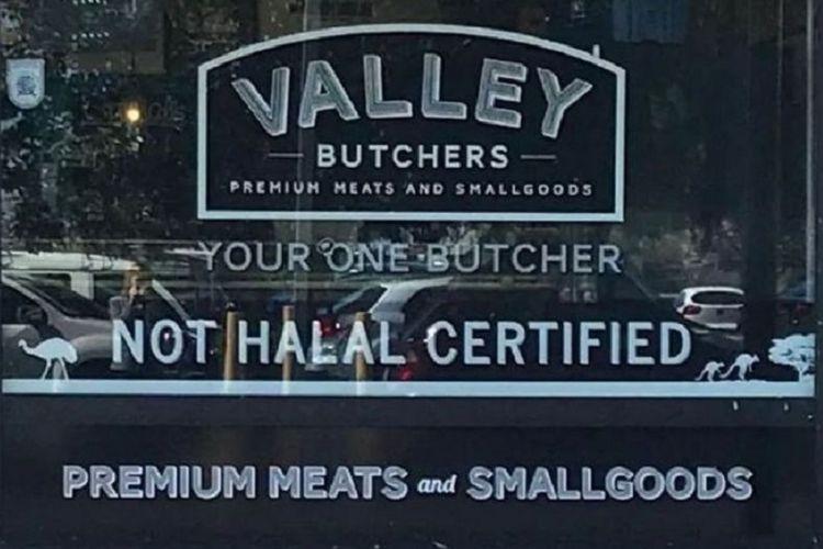 Tulisan pada kaca depan sebuah toko daging di Adelaide, Australia setelah diubah dari non-halal menjadi not halal.