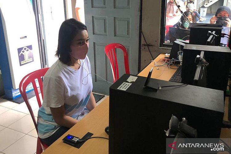 Proses pemberkasan tahap dua kasus narkoba selebriti Lucinta Luna dilakukan dengan panggilan video di Rutan Pondok Bambu Jakarta, Kamis (30/4/2020).