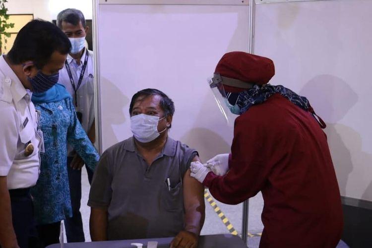 Suasana vaksinasi Covid-19 bagi lansia di Mall Cibubur Junction.