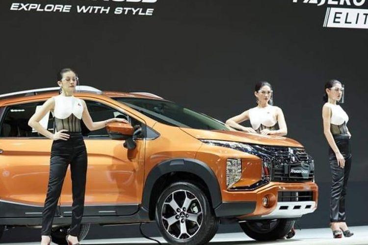 Model Mitsubishi dengan Xpander Cross di BIMS 2020.