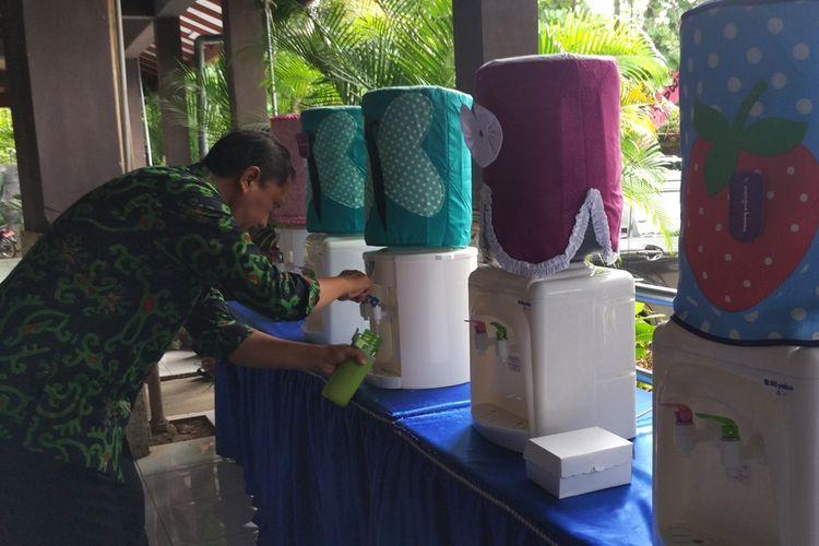Ilustrasi: Salah satu aparatur sipil negara (ASN) lingkungan pemerintah kabupaten Trenggalek Jawa Timur, mengisi ulang air ke botol dari Galon yang tersedia di lokasi kegiatan musrenbang (21/03/2019)