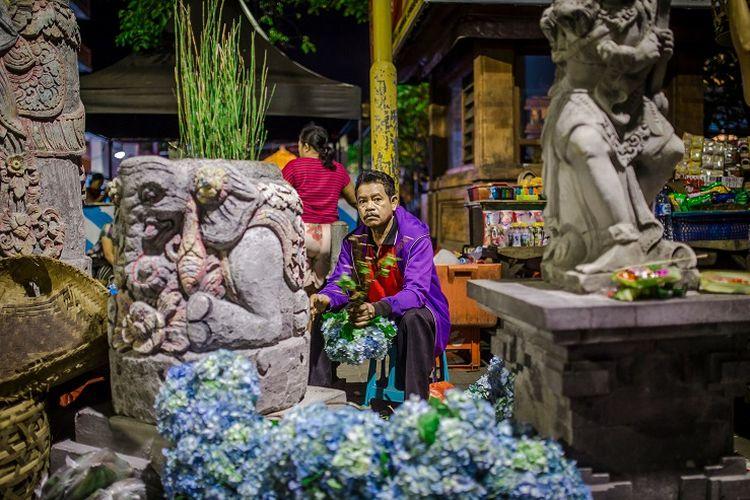 Seorang pedagang di Pasar Seni Kumbasari, Bali.