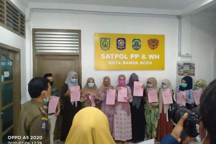 foto dok Satpol PP WH - Sekelompok wanita yang fotonya viral di media sosial saat bergowes ria tak mengenakan jilbab dan mengenakan pakaian seksi diamankan ke Kantor Satpol PP - WH Kota Banda Aceh untuk dilakukan pembinaan sesuai dengan permintaan Wali Kota karena dinilai melanggar Syariah Islam yang berlaku di Aceh.