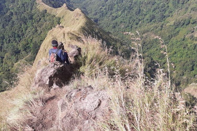 Hari Sukopirno, warga Jember saat melakukan pendakian di Gunung Piramid Bondowoso