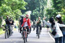 Jokowi Bersepeda Sambil Bagikan Masker di Kebun Raya Bogor