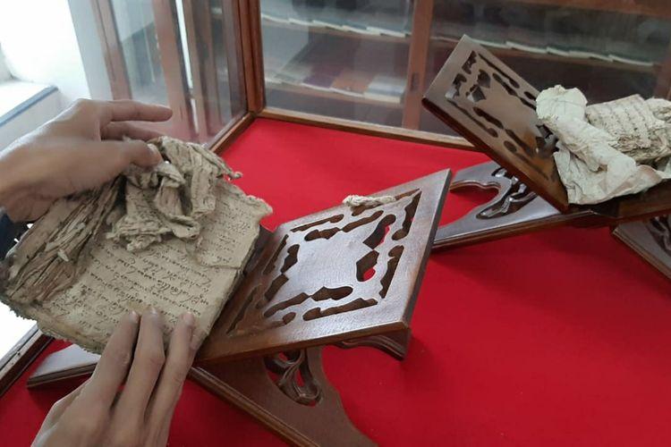 Naskah kuno bertuliskan aksara jawa pemberian dari warga menjadi koleksi Dinas Arpusda Banyumas, Jawa Tengah, Rabu (25/11/2020).