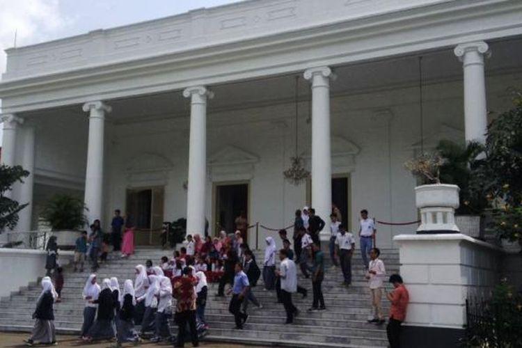 Wisatawan yang sedang menikmati tur keliling Istana Kepresidenan RI di Bogor, dalam acara Istana Untuk Rakyat (Istara) 2016.