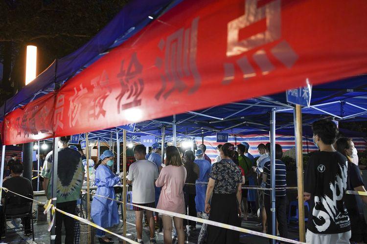 Foto yang dirilis kantor berita China Xinhua menunjukkan warga mengantre untuk dites Covid-19 di pos pengetesan Nanjing, Provinsi Juangsu, China, pada 28 Juli 2021.