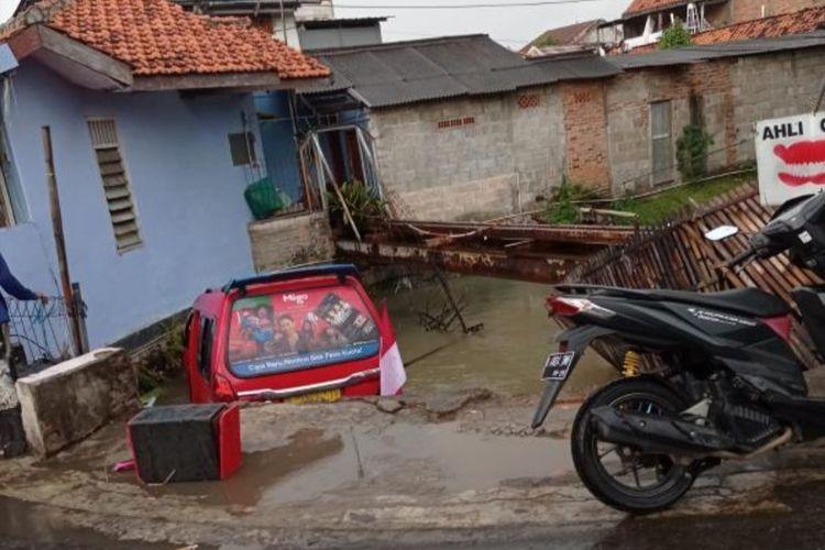 Kecelakaan terjadi di Jalan Irigasi, Ujung Menteng, Cakung, Jakarta Timur, Kamis (5/8/2021). Sebuah angkutan kota (angkot) jurusan Terminal Pulogadung terjebur kali di jalan tersebut.
