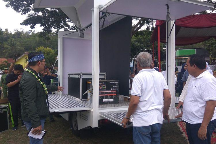 Gubernur Jawa Barat Ridwan Kamil didampingi kepala daerah Pangandaran melihat fasilitas yang ada di mobil Transformer saat penyerahan tiga mobil di Lapangan Kalipucang, Kabupaten Pangandaran, Minggu (1/12/2019).