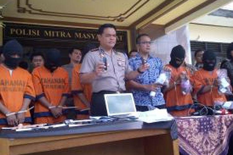 Polisi Polres Malang menangkap otak pelaku joki di seluruh PT di Indonesia, baik di Jogja maupun di Jakarta, Jumat (29/5/2015).