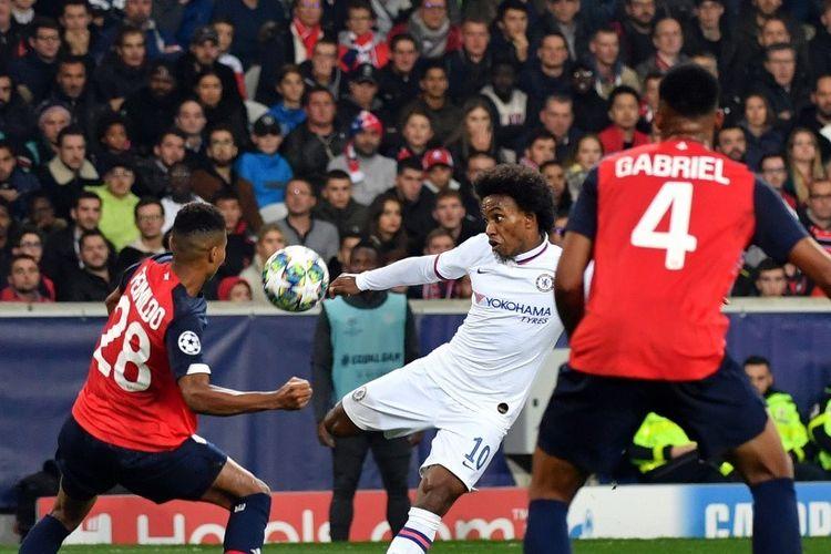 Willian melepas tendangan pada pertandingan Lille vs Chelsea dalam lanjutan Liga Champions di Stadion Pierre Mauroy, 2 Oktober 2019.
