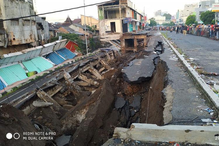 Kompleks pertokoan yang dibangun di atas sepadan sungai Jembatan Jompo di Jalan Sultan Agung, Kecamatan Kaliwates, Jember, ambruk pada Senin (2/3/2020) subuh.
