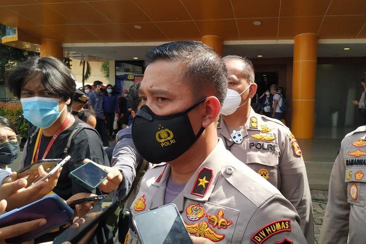 Kepala Biro Penerangan Masyarakat Divisi Humas (Karopenmas Divhumas) Polri Brigjen Rusdi Hartono saat konferensi pers di RS Polri Kramatjati, Jakarta Timur, Senin (11/1/2021).
