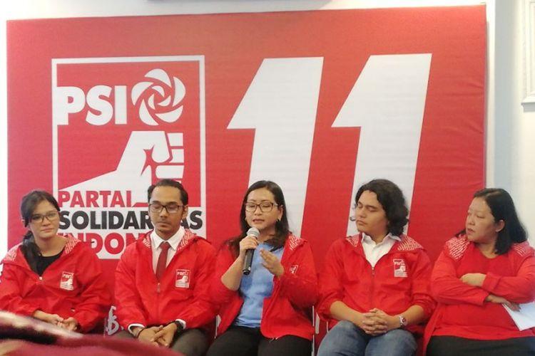 Bendahara Umum Partai Solidaritas Indonesia (PSI) Suci Mayang Sari (tengah) di DPP PSI, Jakarta, Kamis (18/3/2018).