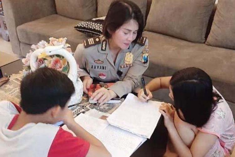 Iptu Farida Aryani, Kanit Bintibmas Satbinmas Polrestabes Surabaya saat menemani dua buah hatinya belajar di rumah di tengah wabah Covid 19.