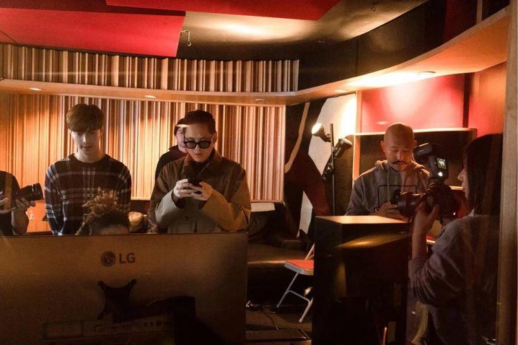 Far East Movement dan Lay EXO dalam sebuah studio musik.