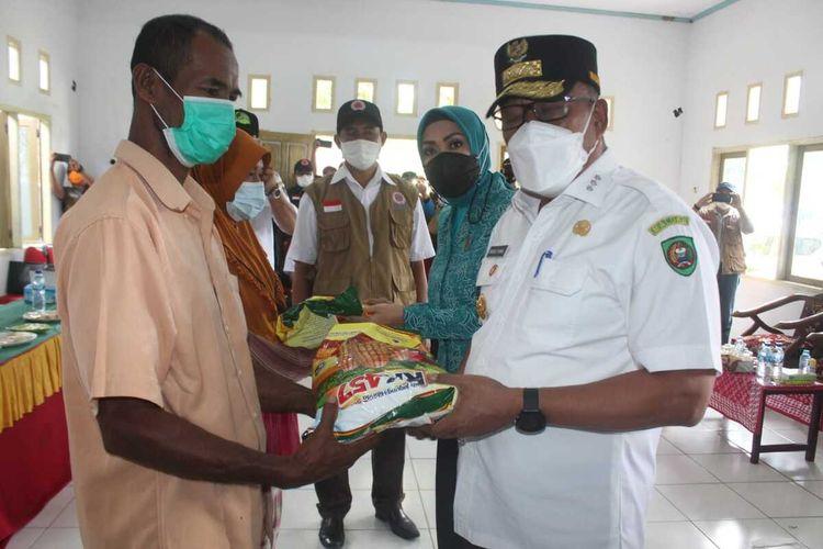 Gubernur Maluku, Murad Ismail menyerahkan bantuan untuk pengungsi korban gempa di Kecamatan Tehoru, Kabupaten Maluku Tengah, Senin (21/6/2021)