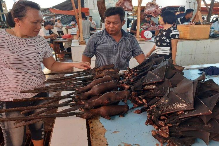 Joly Adrian saat melayani pembeli daging kelelawar di Pasar Pinasungkulan Karombasan, Kota Manado, Selasa (28/1/2020) pukul 08.23 WITA