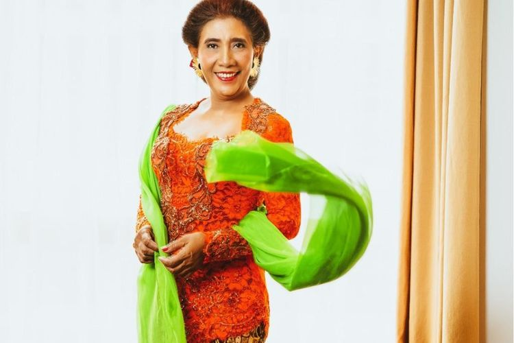 Susi Pudjiastuti mengenakan kebaya karya Desainer Anne Avantie ketika menerima tanda kehormatan Bintang Mahaputera dari Presiden Joko Widodo, Rabu (11/11/2020).