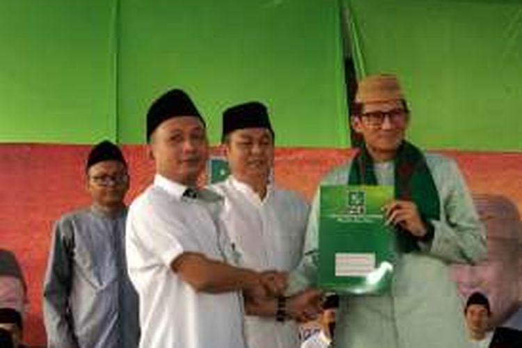 Ketua DPW PKB DKI Jakarta Hasbiallah Ilyas (kanan) dan Sandiaga Uno saat deklarasi calon gubernur DKI Jakarta di Ponpes Al-Qudwah Al-Muquddasah, Jakarta Timur, Kamis (25/8/2016).