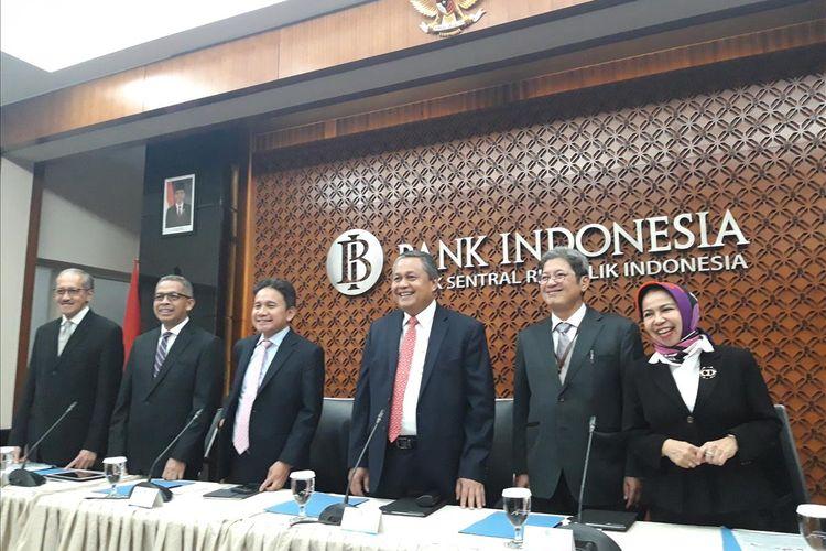 Jajaran Dewan Gubernur Bank Indonesia (BI) saat akan memaparkan hasil Rapat Dewan Gubernur (RSG) di Jakarta, Kamis (20/6/2019).