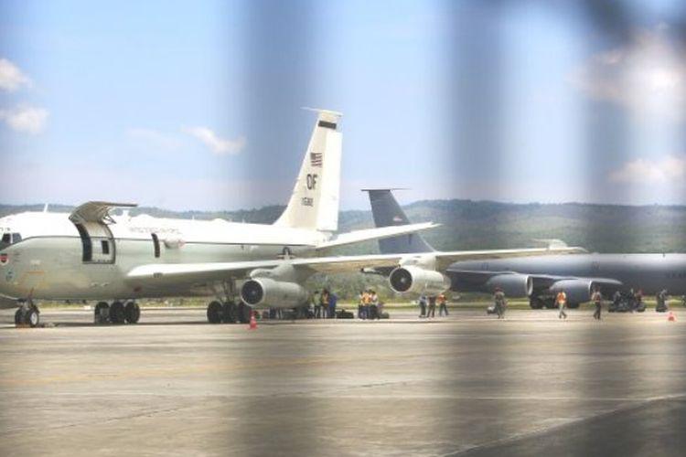 Satu unit lagi pesawat militer Amerika Serikat mendarat di Bandara Sultan Iskandar Muda (SIM) Blang Bintang, Aceh Besar, Minggu (26/3/2017). Kedatangan pesawat US Air Force itu untuk mengangkut penumpang dari pesawat militer AS yang dua hari sebelumnya mendarat darurat di Bandara SIM.