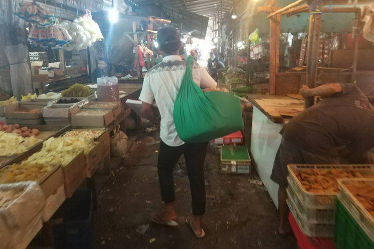 Suasana di dalam Pasar Ciputat, nampak terlihat pedagang asongan berjalanan untuk menawarkan dagangannya (24/11/2018).