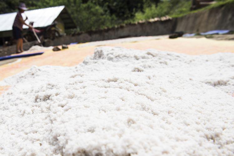 Warga menjemur kristal putih (garam) di pondok pengolahan garam gunung, desa Long Midang, Krayan, Nunukan, Kalimantan Utara.