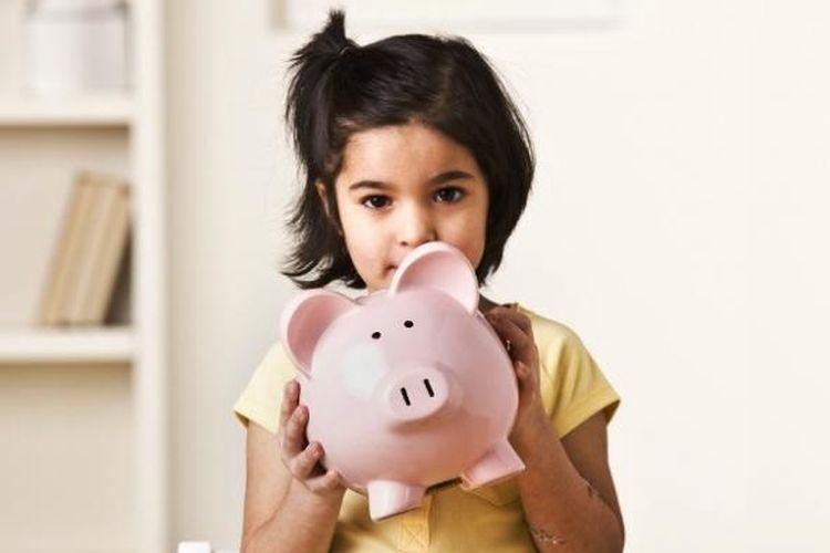 Dengan bentuk celengan yang sekarang beragam dan penuh warna, anak-anak akan tertarik untuk memasukkan uang ke dalamnya.