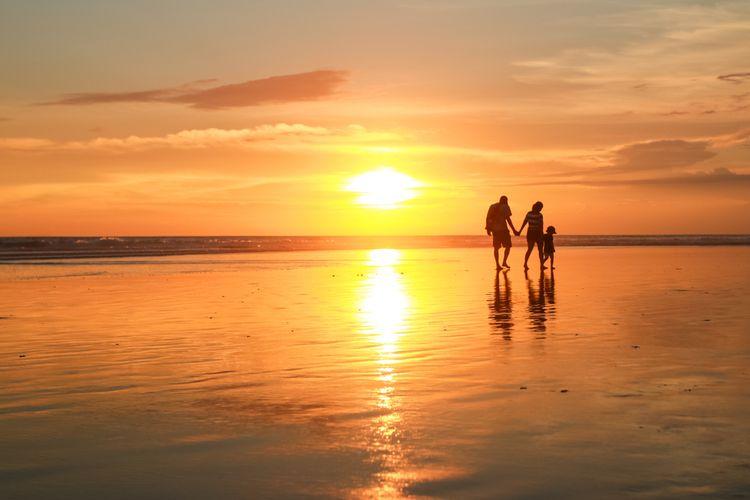 Ilustrasi Pantai Seminyak, Bali.