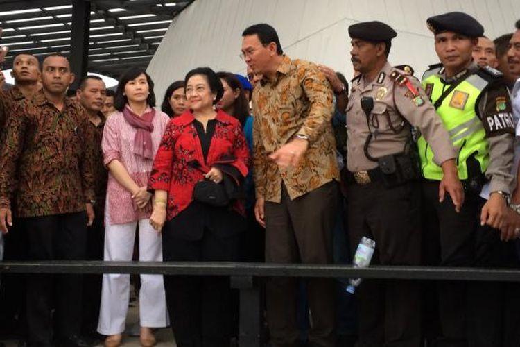 Ketua Umum PDI Perjuangan Megawati Soekarnoputri dan Gubernur DKI Jakarta Basuki Tjahaja Purnama atau Ahok saat meninjau RTH Kalijodo, Jakarta, Rabu (22/2/2017).