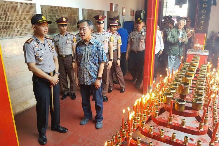 Kapolrestabes Bandung, Kombes Hendro Pandowo tengah mengecek keamanan di salah satu vihara di Kota Bandung.