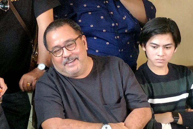 Rano karno saat diwawancarai di kawasan Pondok Aren, Tangerang Selatan, Senin (6/1/2020).