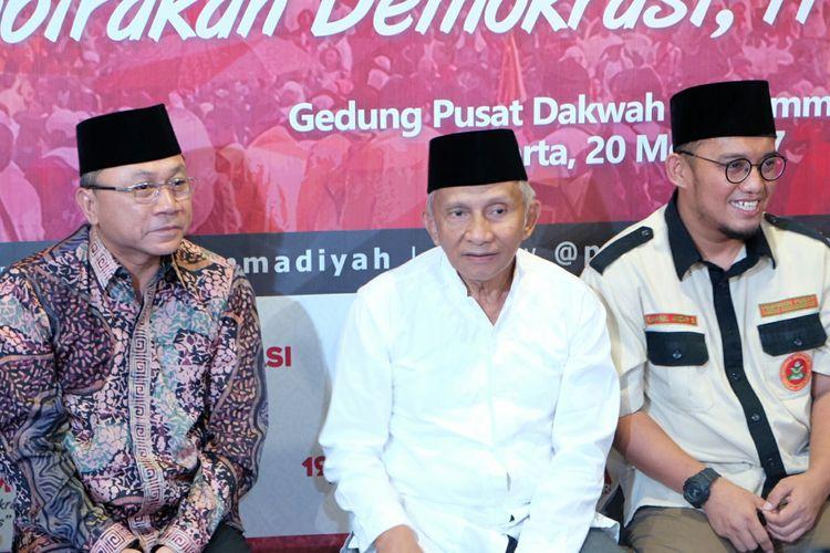 Ketua Umum PAN, Zulkifli Hasan (kiri), Mantan Ketua Umum PP Muhammadiyah Amien Rais (tengah), Ketua Umum PP Pemuda Muhammadiyah Dahnil Anzar Simanjuntak (kanan), Ketika Ditemui Dalam Acara Refleksi 19 Tahun Reformasi, di Jakarta, Sabtu (20/5/2017).