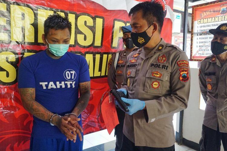 Kabag Ops Polres Purbalingga, Kompol Pujiono menunjukkan senjata air softgun yang digunakan tersangka pencurian tanaman hias lintas kabupaten, Rabu (14/7/2021).