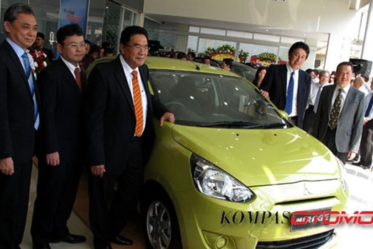 Direksi KTB dan PT Dwindo Berlian Samjaya meresmikan dealer baru di Jakarta Timur.
