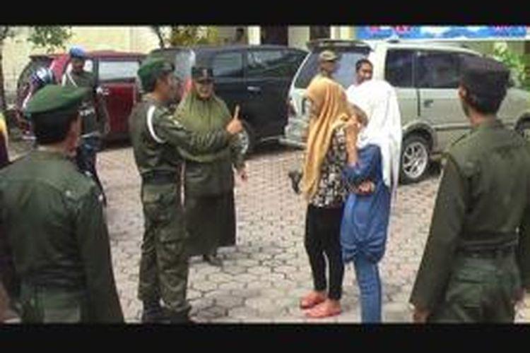 Sebagian warga Kabupaten Aceh Barat, Provinsi Aceh yang terjaring razia busana muslim yang digelar oleh Wilyatul Hisbah (WH), Selasa (22/10/2013).