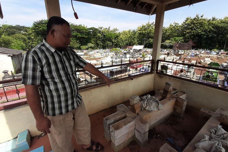 Warga Menunjukan Nisan Kayu di Makam Piyaman, Wonosari, Gunungkidul Rabu (11/3/2021)