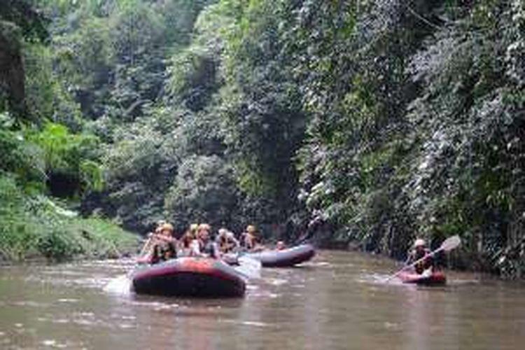 Wisatawan mancanegara mengarungi Sungai Ayung, di Kabupaten Gianyar, Bali, Sabtu (5/3/2016) sore.
